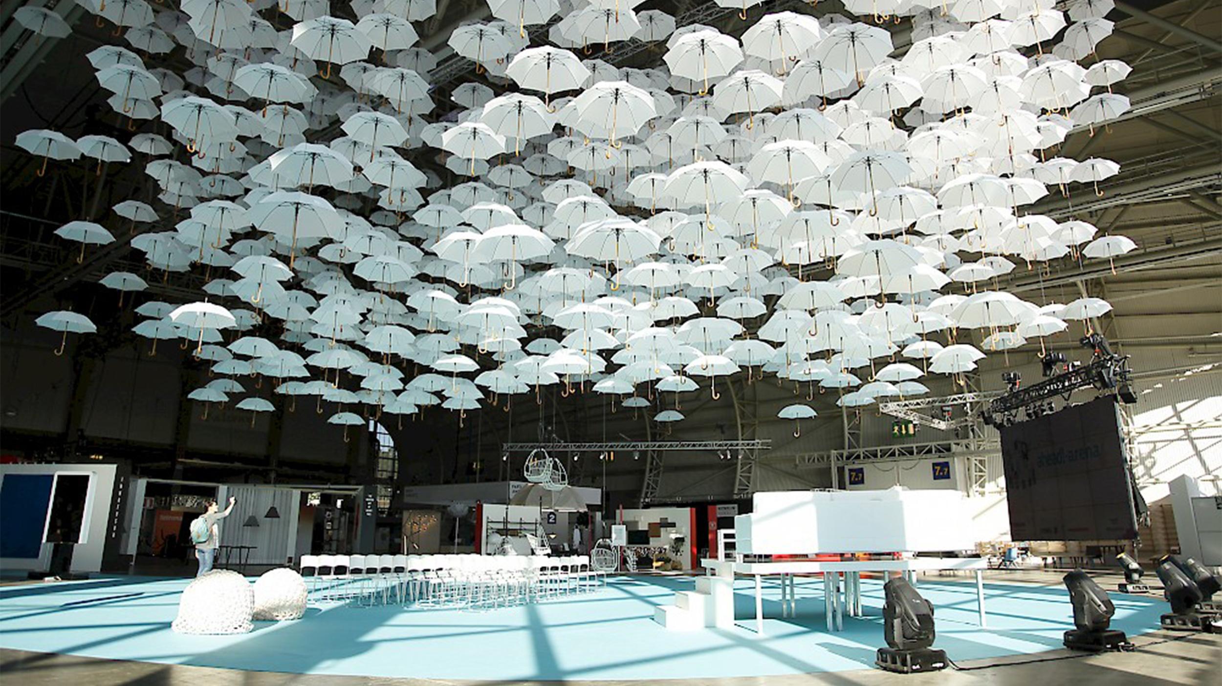 Installaatio täytti Habitaren katon leijuviin sateevarjoihin.