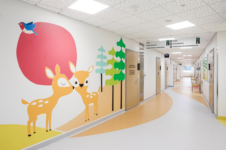 Hyvinkään sairaalan lastenosaston taide kuvaa metsän elämää.
