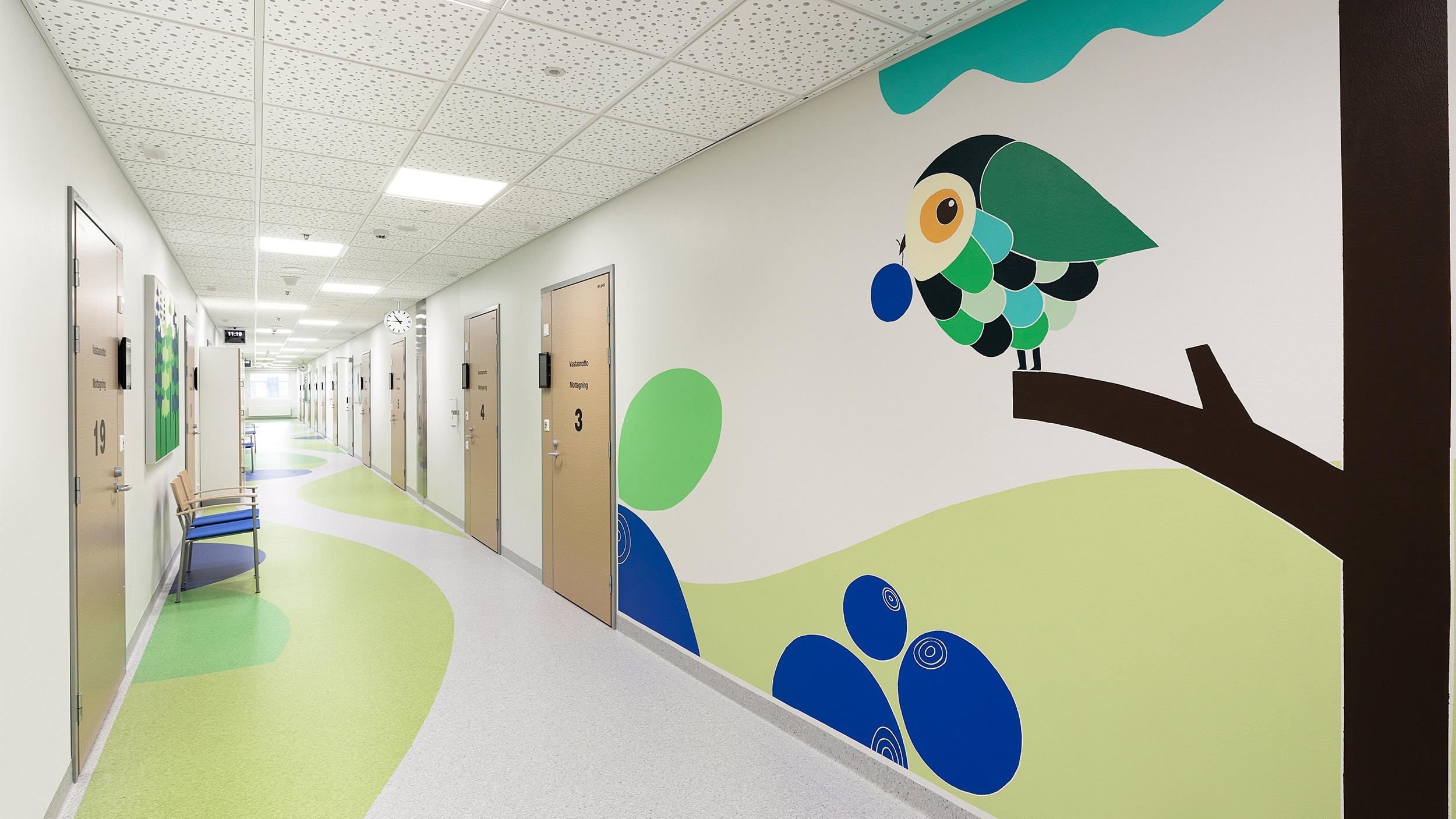 Sairaalan käytävät saavat elämää taiteesta Hyvinkään sairaalan lastenosastolla.