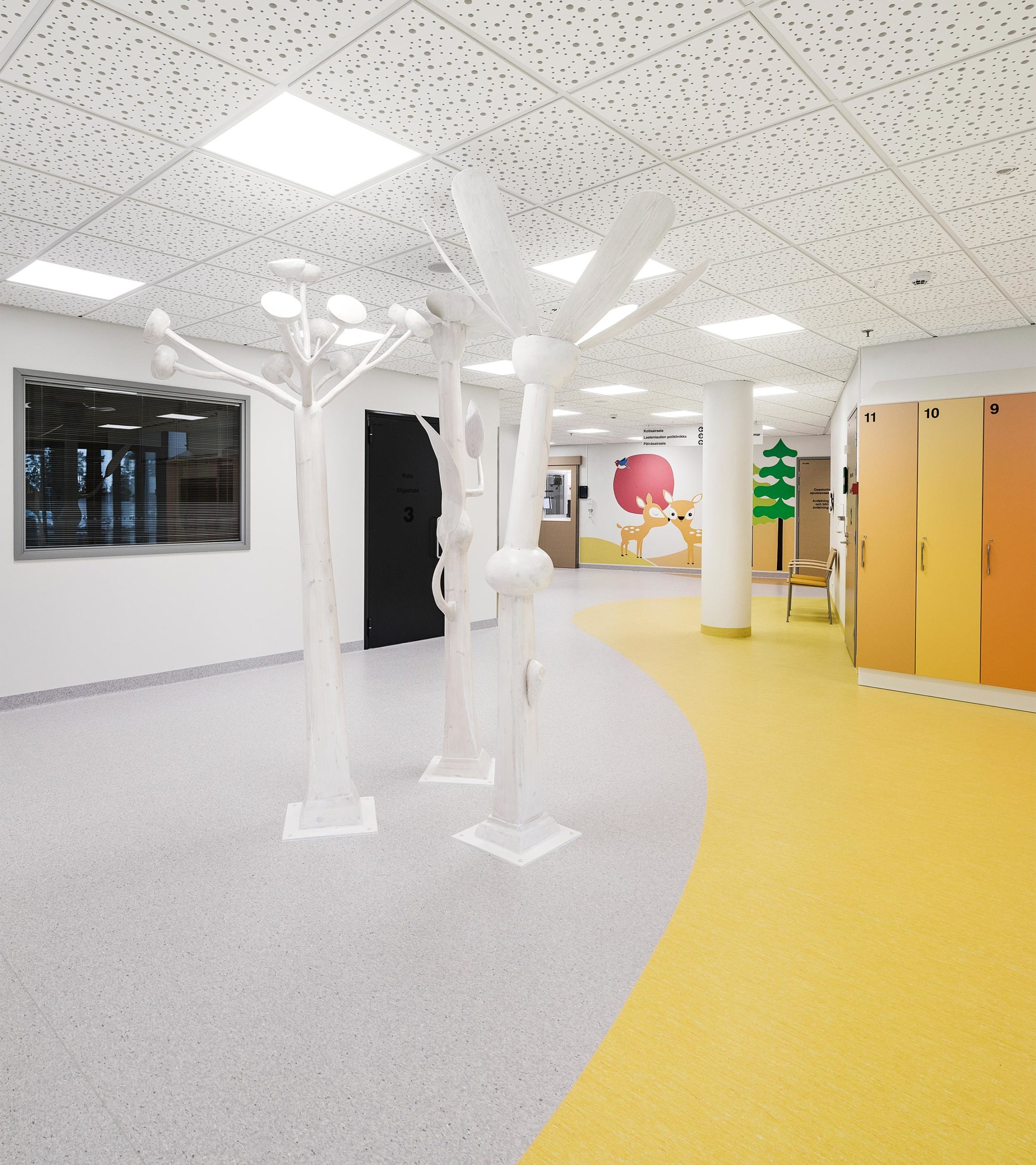 Hyvinkään sairaalan lastenosaston taide tuo huoneeseen tyyliteltyjä puita.