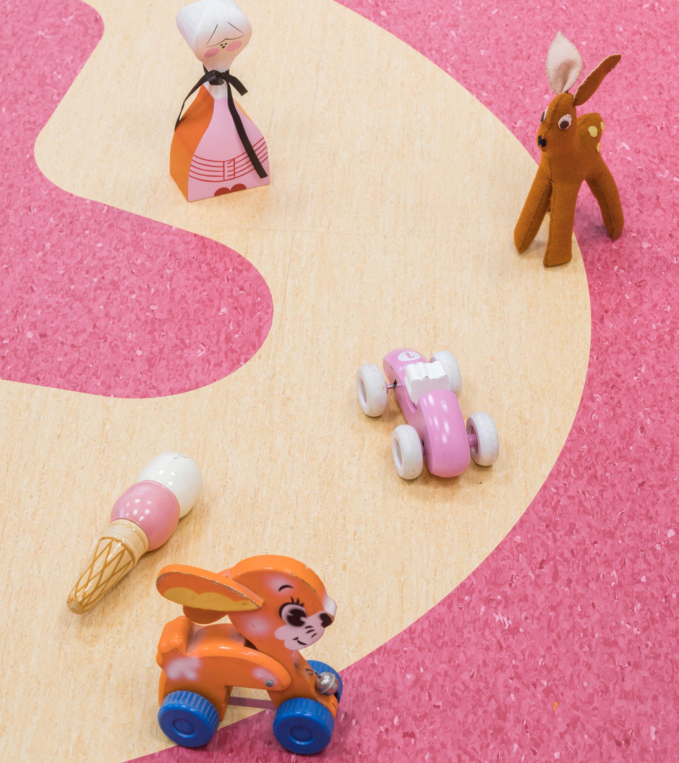 Lapsen lelut ja taide Hyvinkään sairaalan lastenosaston lattialla.