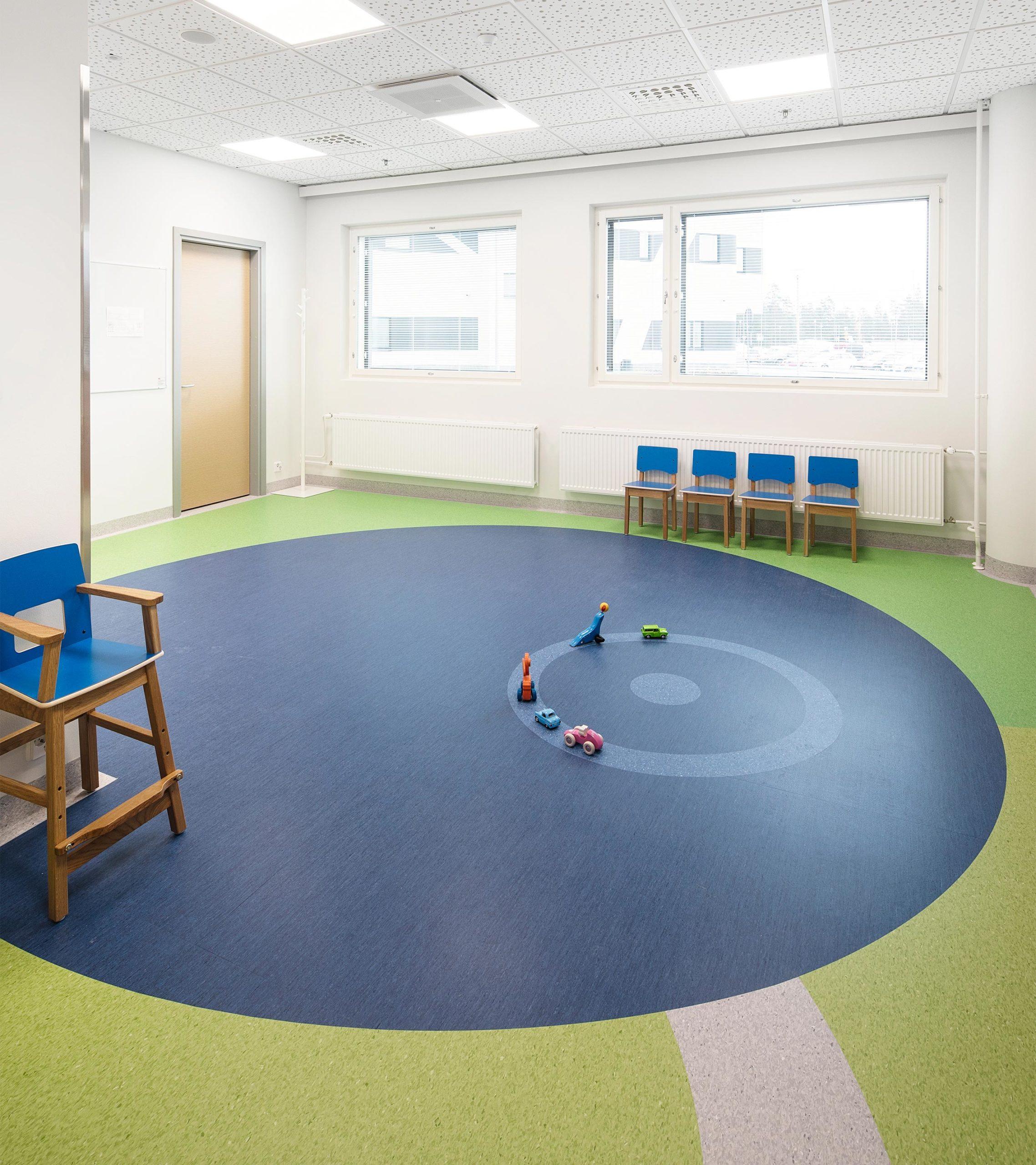 Hyvinkään sairaalan lastenosaston  taidetta, jossa mustikka koristaa lattiaa.