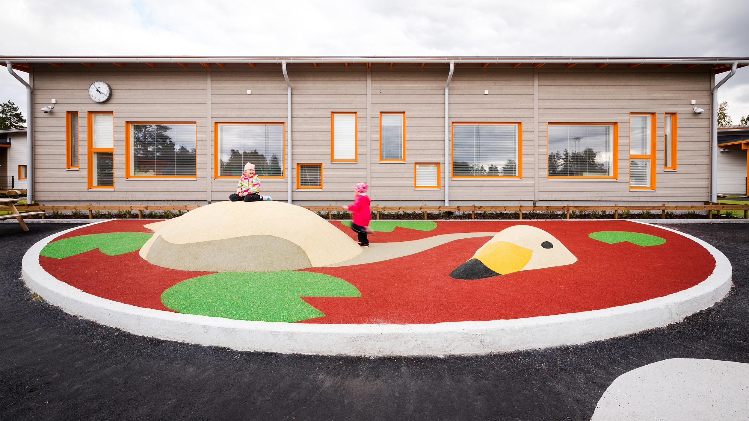 Lapset leikkivät mielellään leikkipaikkaveistoksen kumpareilla.
