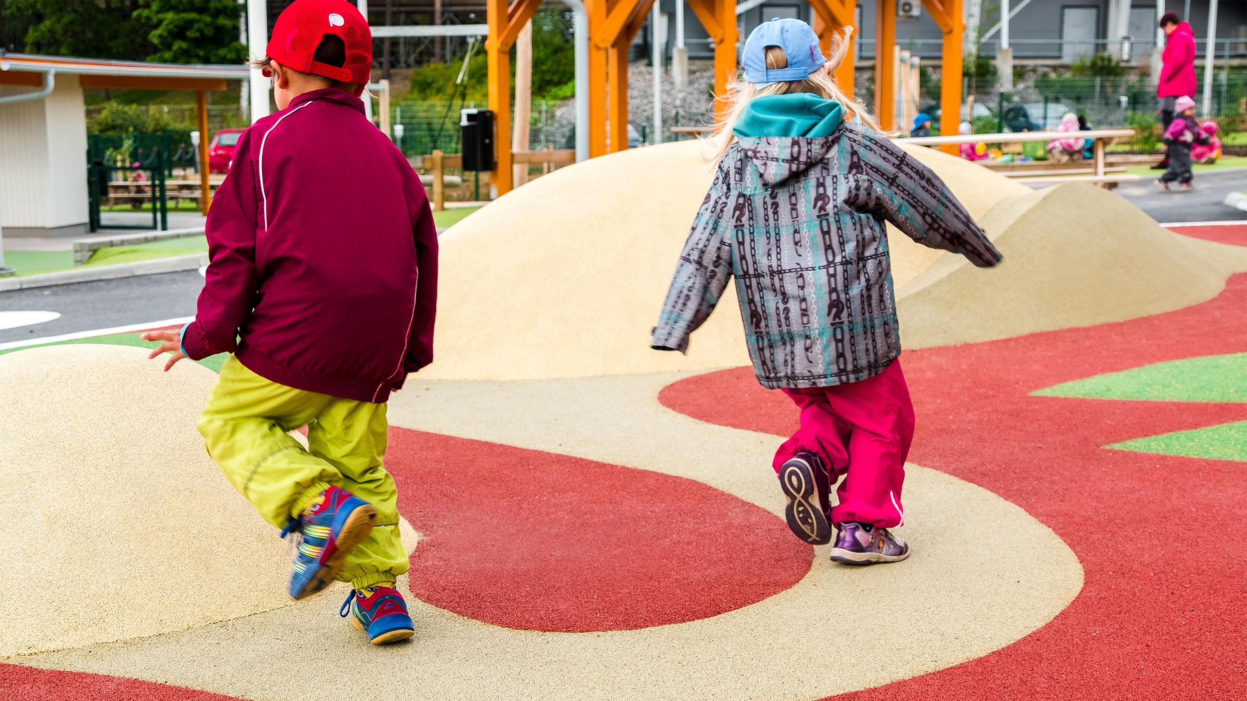 Leikkipaikan Joutsen-veistoksen kaula toimii polkuna, jota pitkin päiväkodin lapset juoksevat.