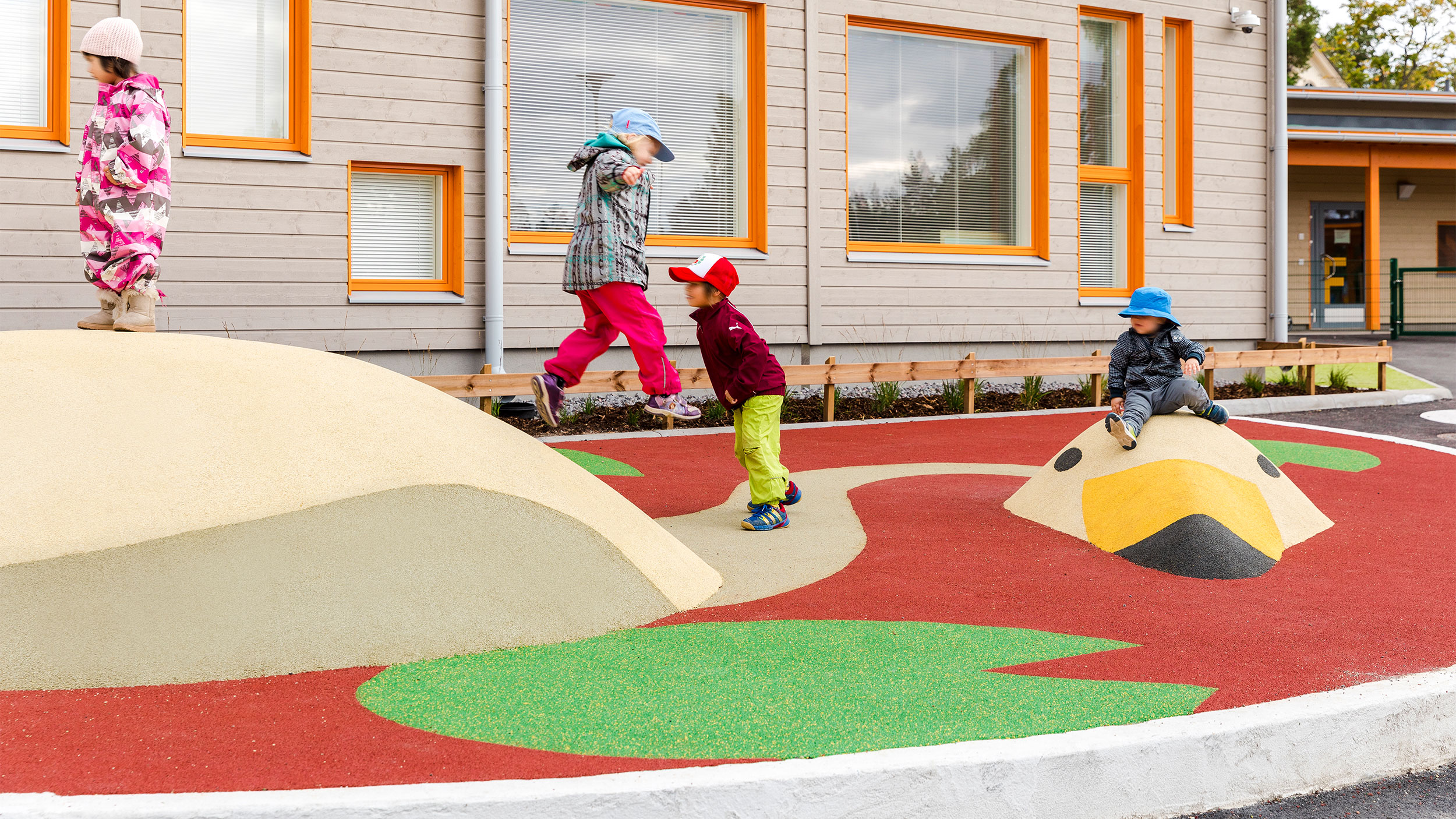 Lapset viettävät leikkipaikalla aikaa Joutsen-veistoksen seurassa ja juttelevat sille.