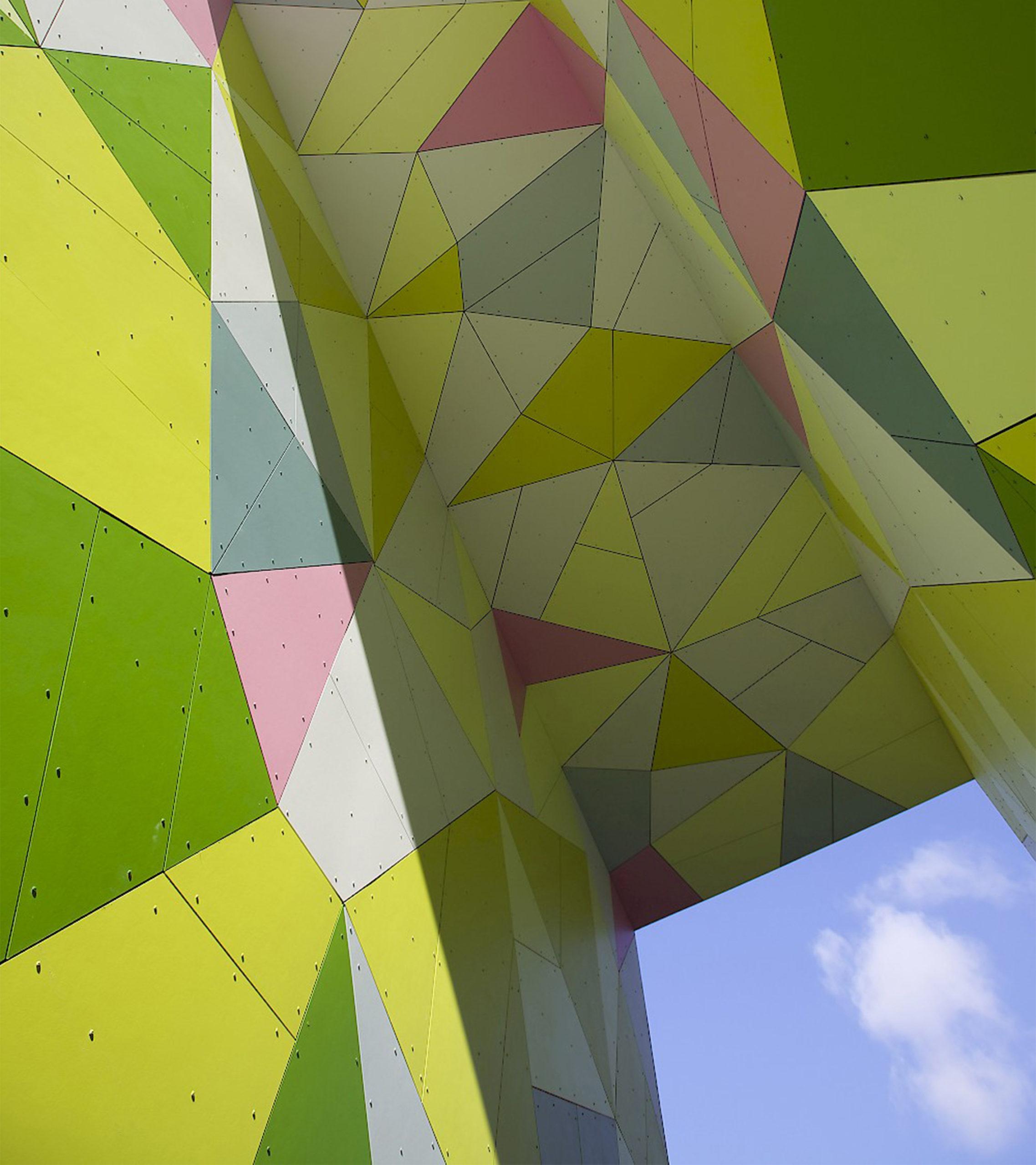 Kide-taideteos porttikäytävässä on saanut innoituksensa värikkäästä metsästä