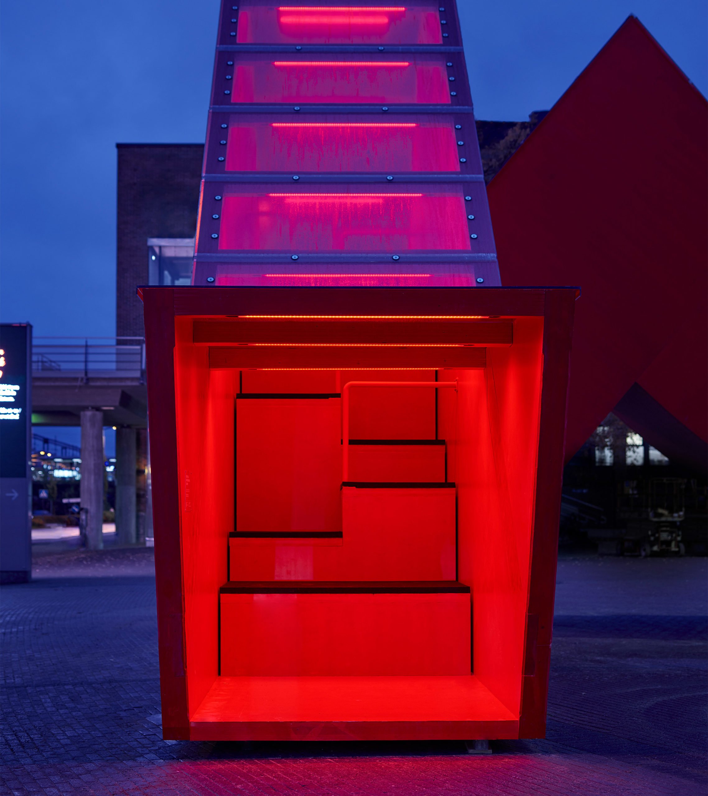 Toiminnallinen teos hohtaa tunnelmallista punaista valoa