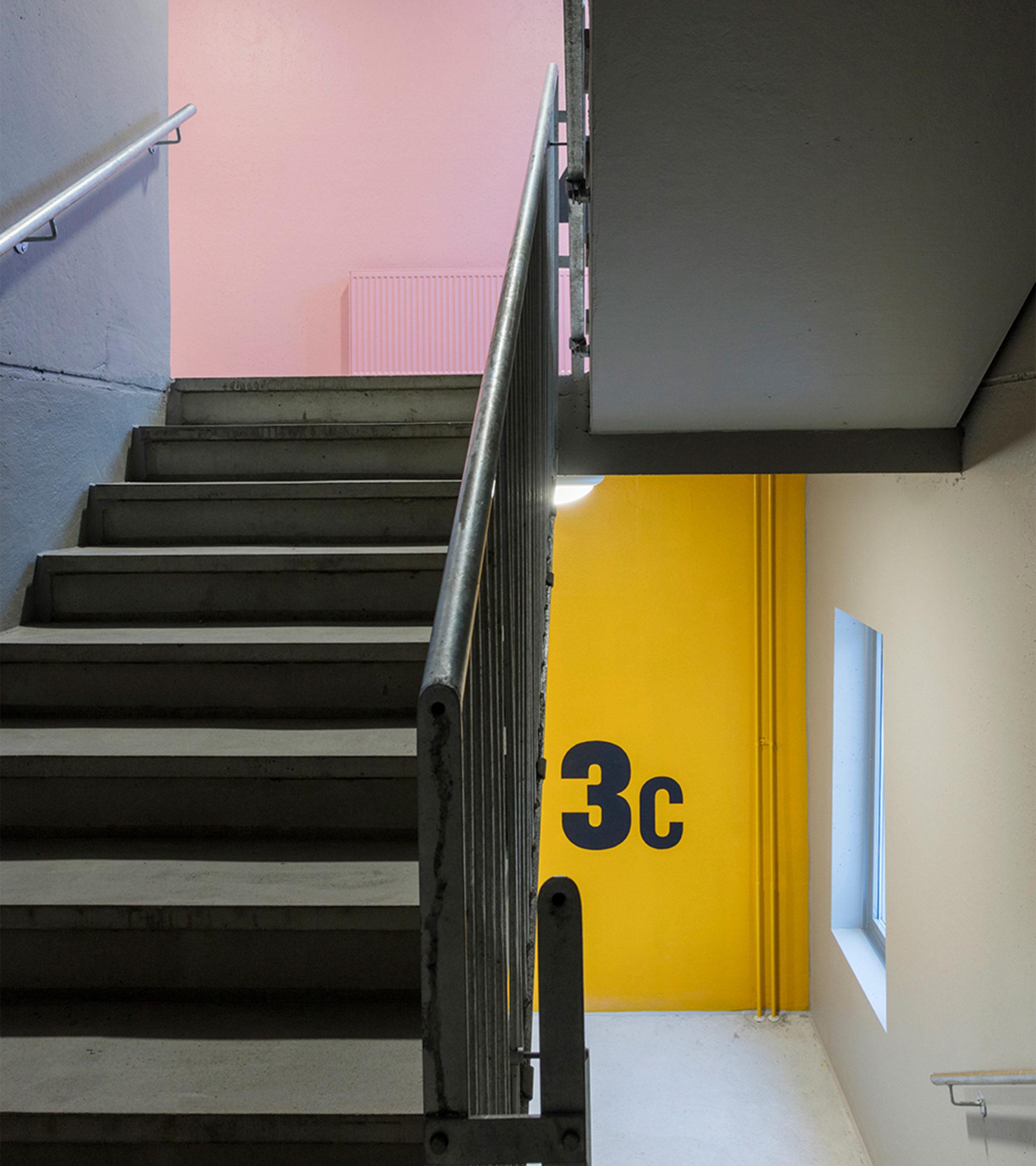 P-pergamentti-paikoitustalon kerrostunnisteet portaissa